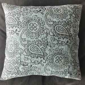 Coussin Kantha Sari Vert 2 - Mimpi Manis : Décoration d'intérieur artisanale et ethnique