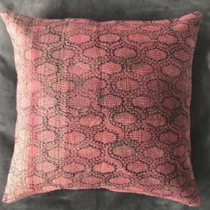 Coussin Kantha Sari Rouge bordeaux 2 - Mimpi Manis : Décoration d'intérieur artisanale et ethnique